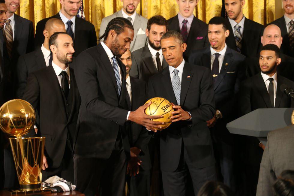 NBA: Kawhi Leonard gana 94 millones y conduce un Chevrolet del 97
