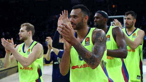 SDT01. Istanbul (Turkey), 19/04/2019.- Barcelona's players cheers their fans after the Euroleague play off basketball match between Anadolu Efes and Barcelona in Istanbul, Turkey 19 April 2019. (Baloncesto, Euroliga, Turquía, Estanbul) EFE/EPA/SEDAT SUNA